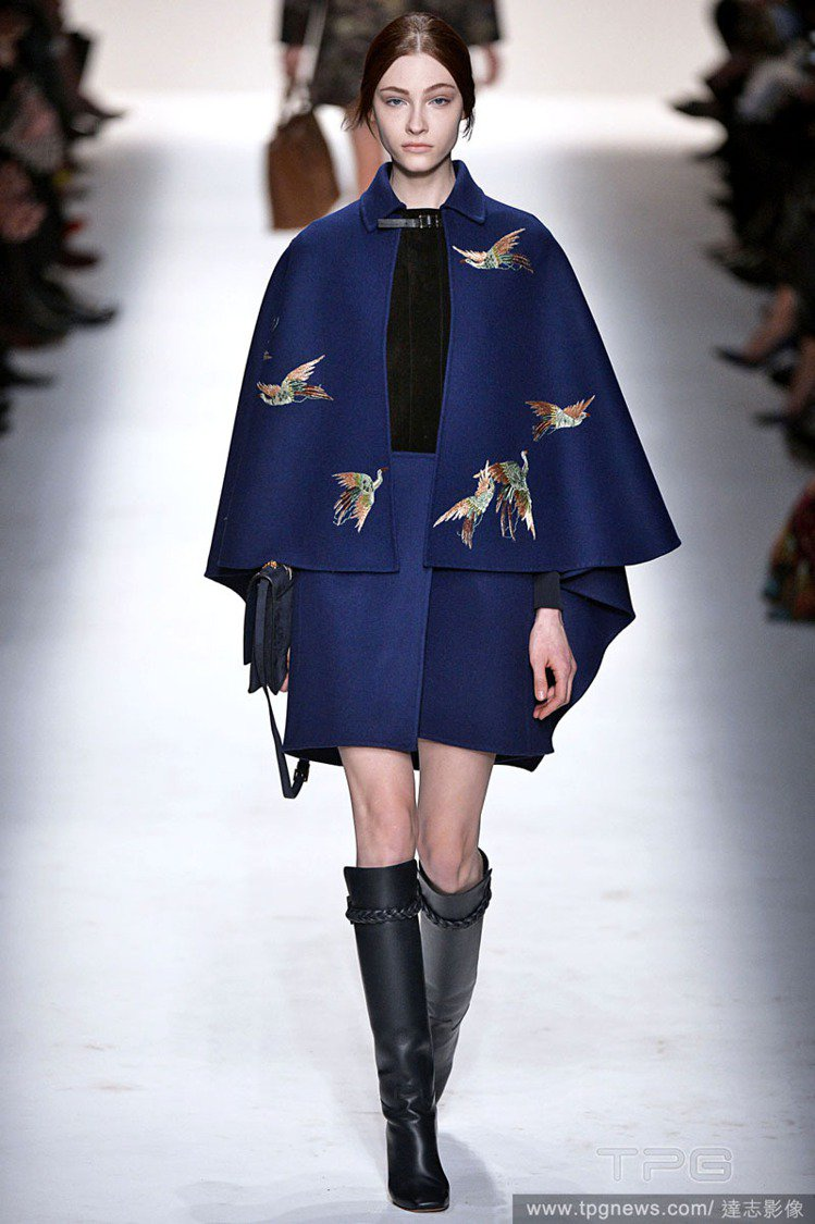 從暖色調配色呈現的大小不一圓點大衣、洋裝,到寬版條紋裙、彩色格紋洋裝、鳥兒印花斗...