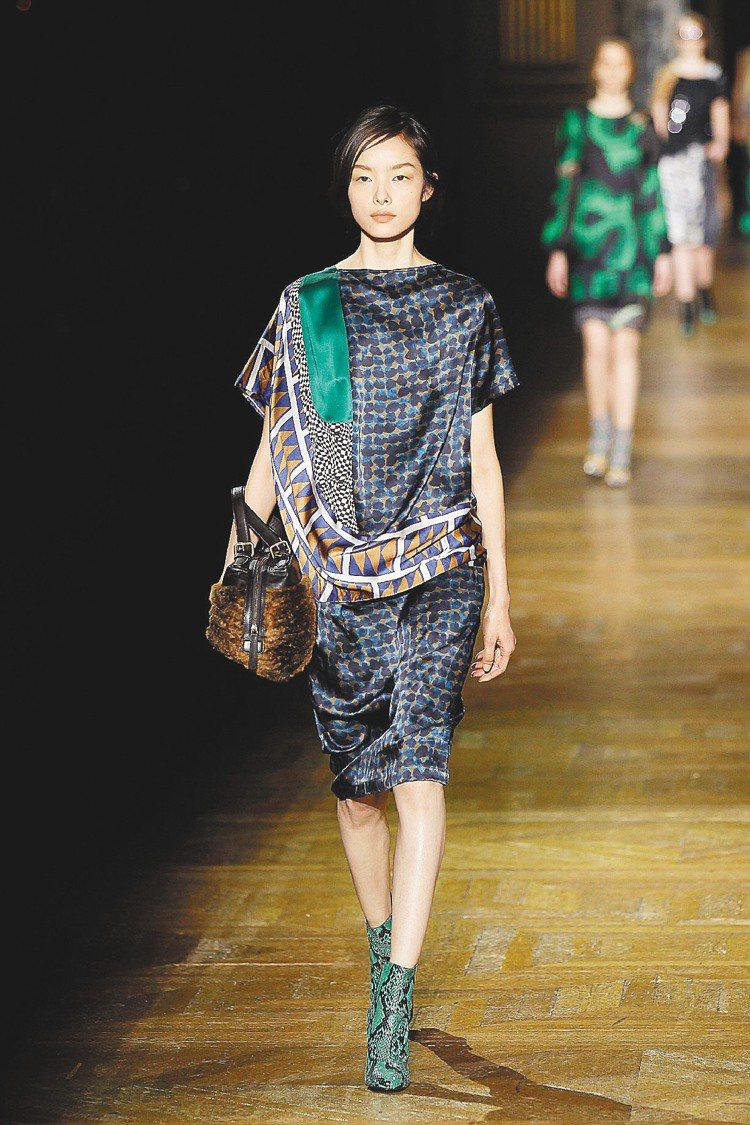 Dries Van Noten秋冬新裝回歸最擅長的印花設計,豐富色彩圖案展現個性...