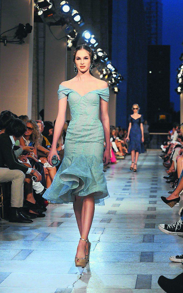 Zac Posen明年春夏選擇回到他深愛的紐約,展出多套他拿手的魚尾禮服。圖/美...