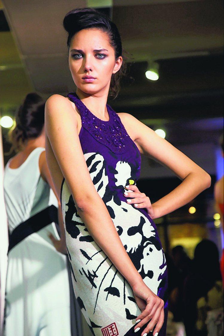 臺灣設計師賴盈菁的作品,主要理念是將中國水墨畫穿在模特身上。圖/中新社