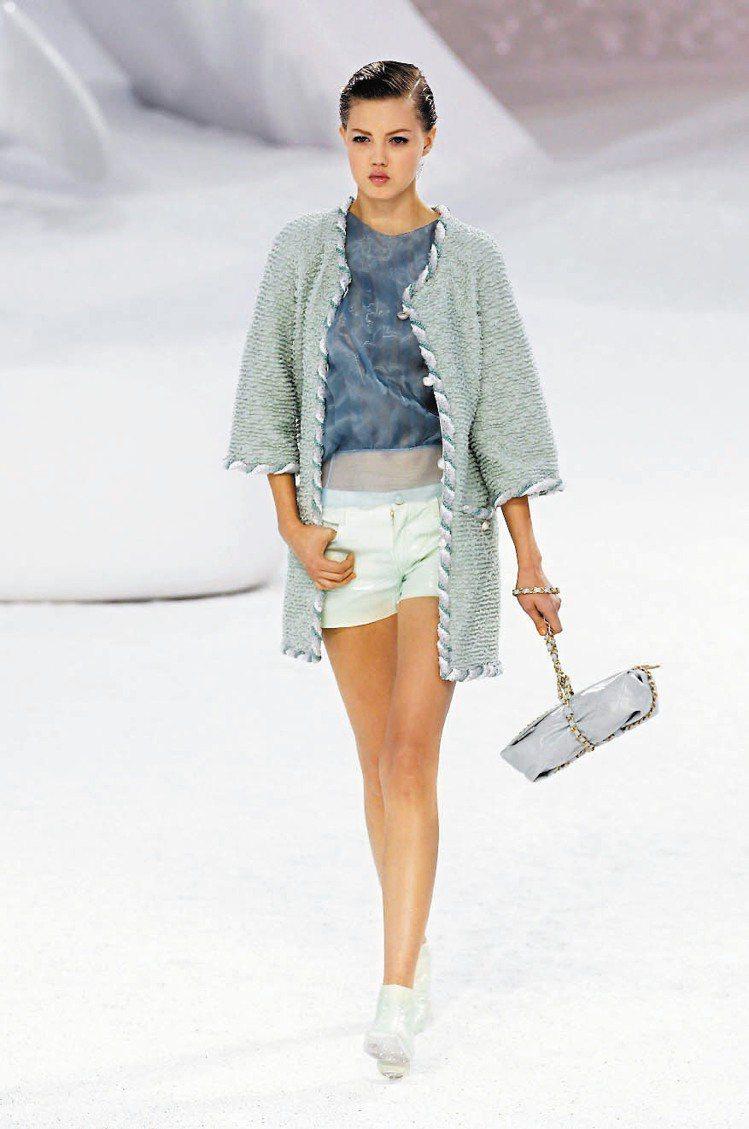 俏皮的短褲,手拎如包裹的手提包,一付要去海邊泡水的輕鬆模樣。圖/法新社