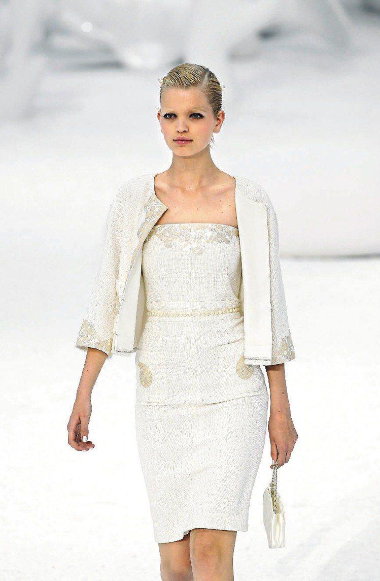 香奈兒的雪白洋裝,在裝飾中閃亮光澤的紋彩。圖/法新社