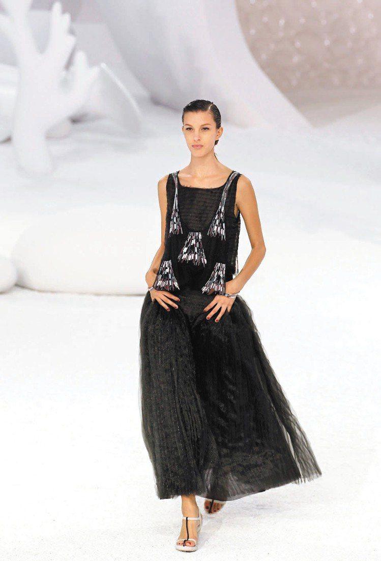 裝飾珠簾流蘇的香奈兒黑色小禮服,優雅時尚。圖/法新社
