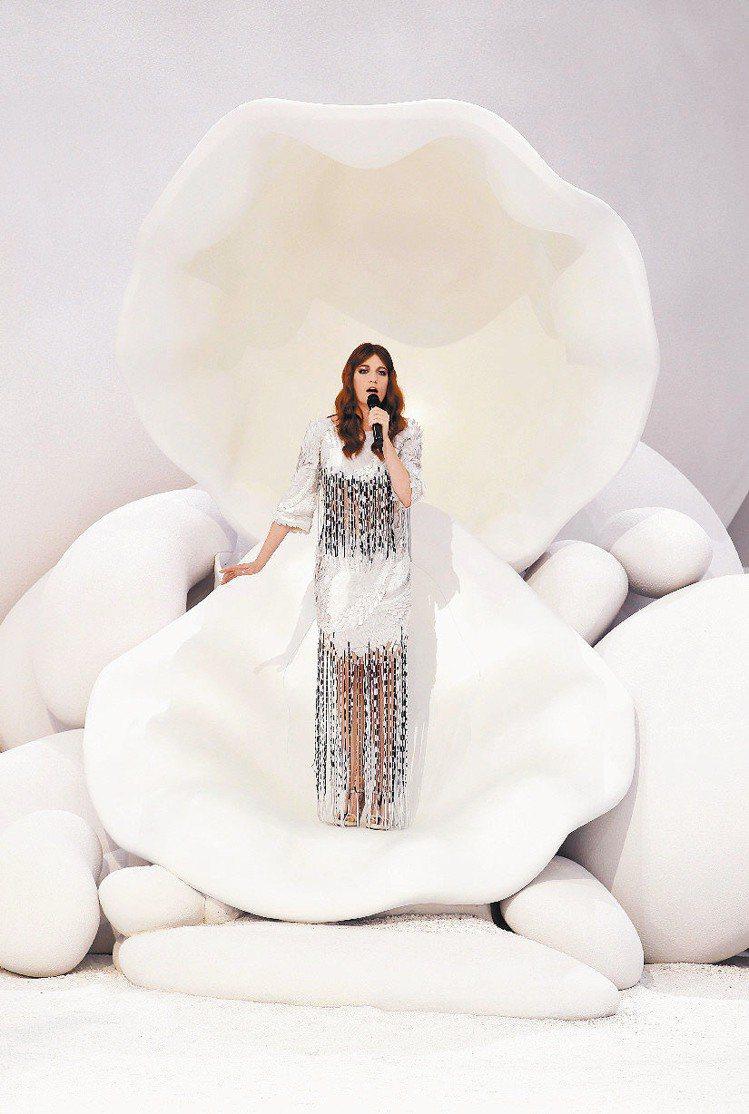 女歌手Florence Welch在秀上獻唱,娛樂嘉賓。圖/法新社