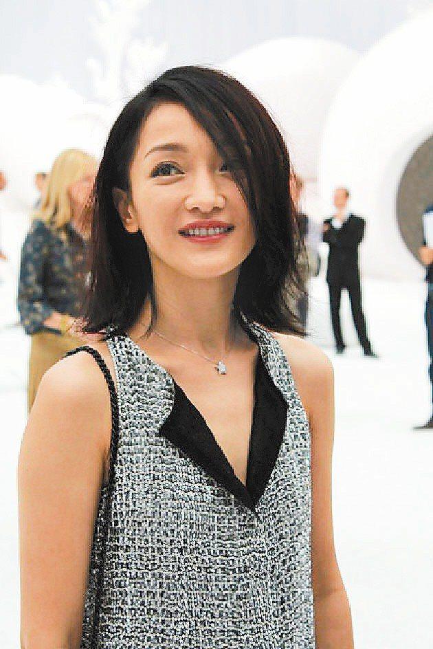 女星周迅出席香奈兒服裝秀,最愛香奈兒的BOY包。圖/香奈兒提供
