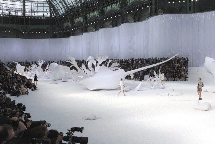 香奈兒大秀打造海底龍宮,模特兒則像是悠遊海裡的美人魚。圖/美聯社