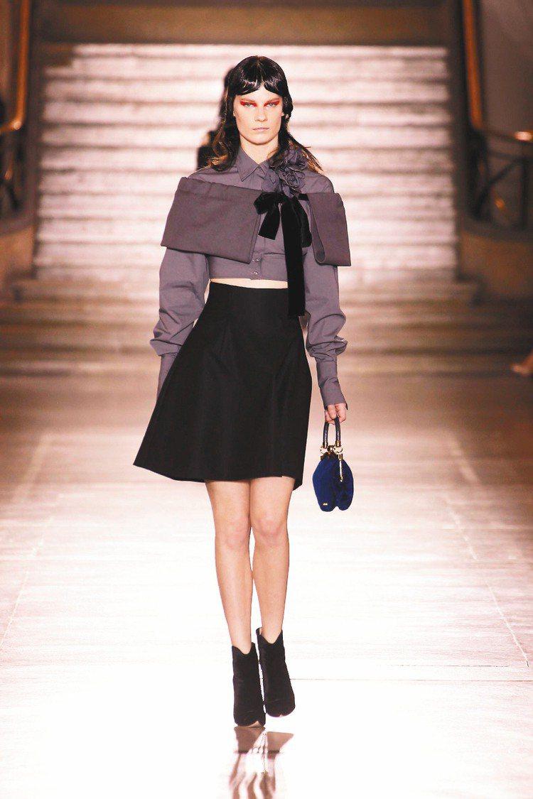 披肩混搭長袖短上衣,營造出復古又現代的質感。圖/Miu Miu提供