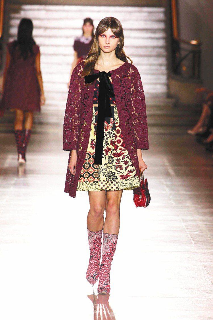 蕾絲外套下搭配印花洋裝和拼貼圖案短靴,為性感增添甜美。圖/Miu Miu提供