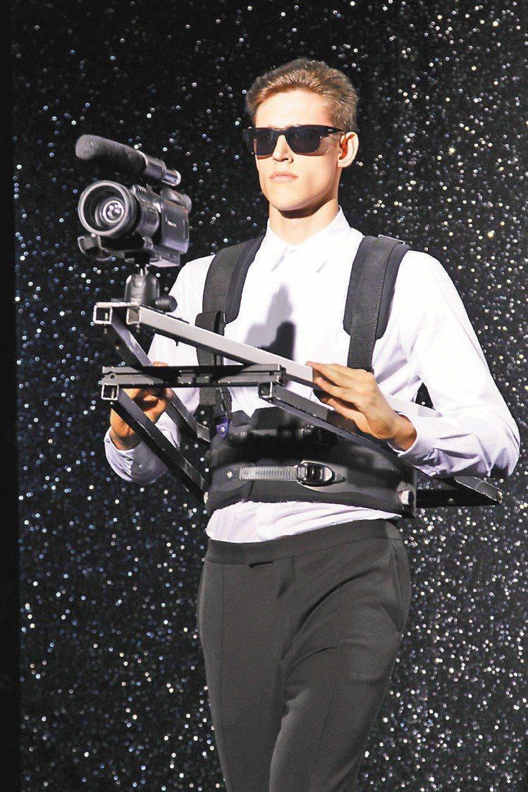 女神卡卡造型師為Mugler找來架著攝影機如星際戰警般的模特兒搞怪。圖/法新社