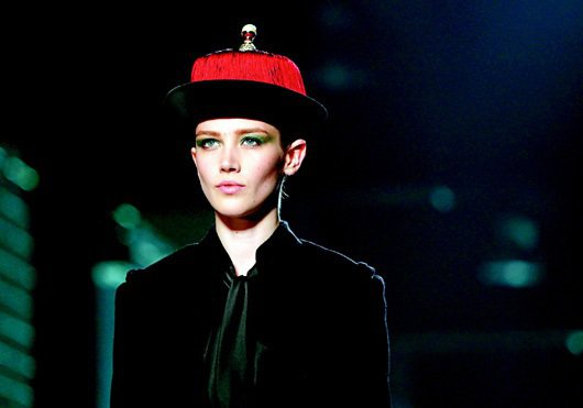 吳季剛的新作充滿中國元素,模特兒頭上的帽子猶如清朝的官帽。圖/路透