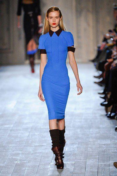 Victoria Beckham秋冬新裝利用顏色與線條剪裁,結合制服、運動服、軍...