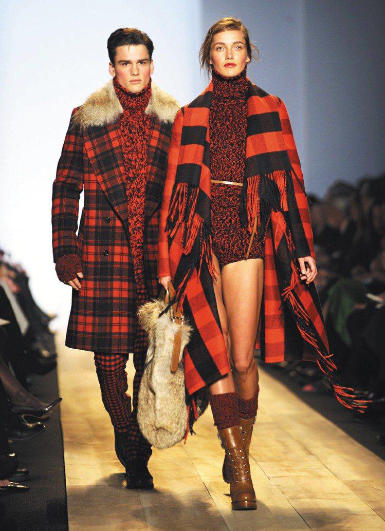 Michael Kors秋冬將花呢布料搭配大衣,內著短版設計讓女性修長美腿展露性...