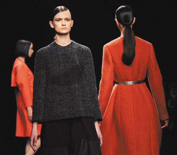 Calvin Klein以紅黑雙色為主題,「紅美,黑大方」是不變的時尚定律。圖/...