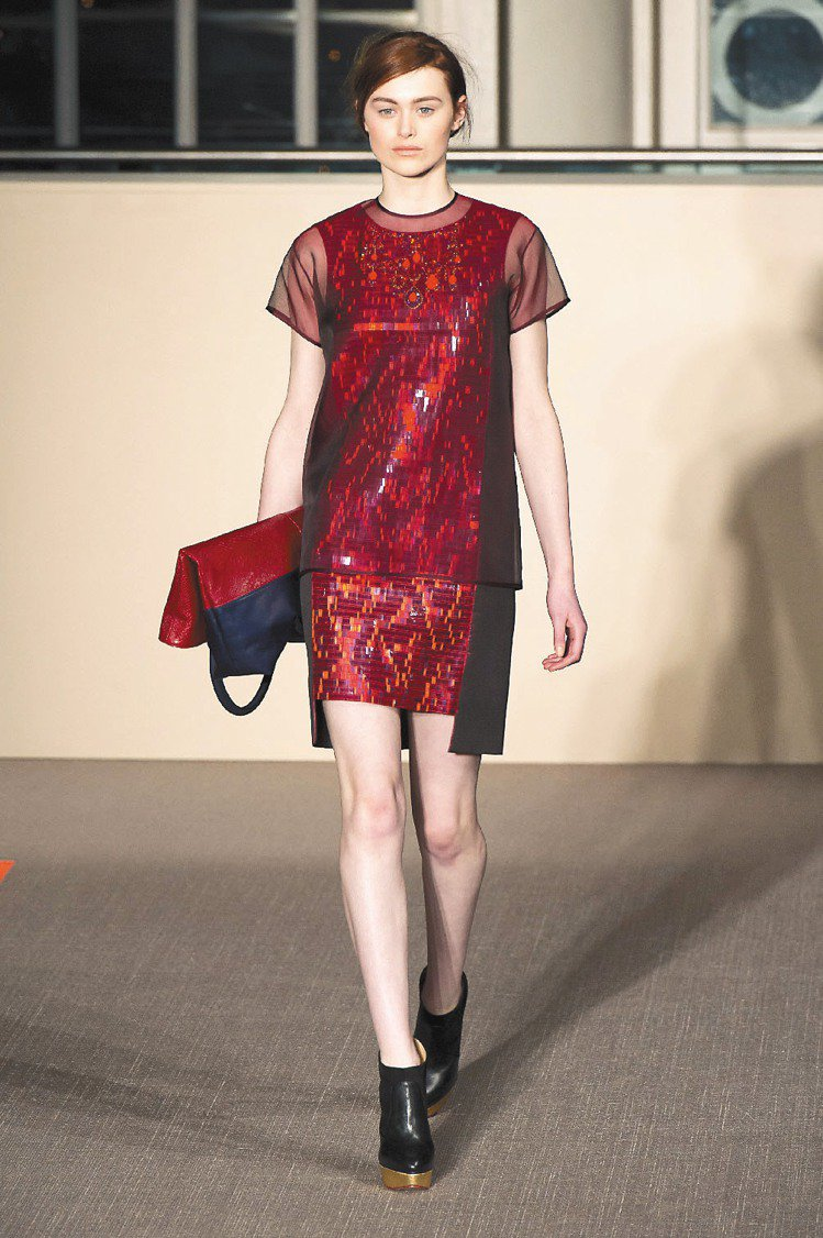 利用材質異同,Matthew Williamson讓布料呈現3D感。圖/美聯社