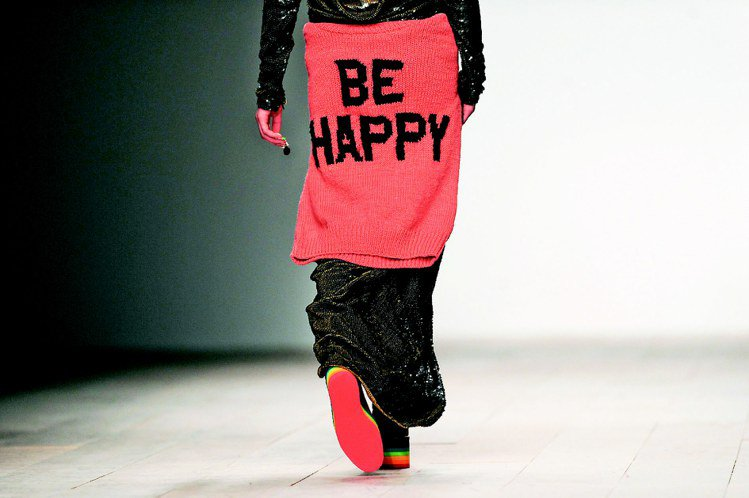 街頭時尚風格的Ashish還用文字傳達主題精神。圖/法新社