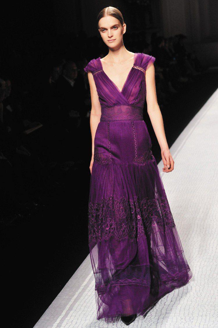 堪稱「雪紡皇后」的Alberta Ferretti,輕柔飄逸的長禮服可見精巧刺繡...