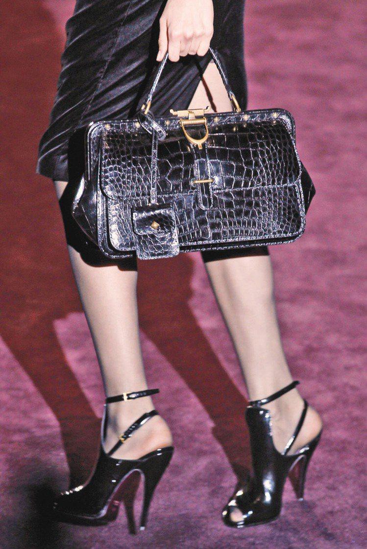 黑色鱷魚皮裁製的手提包滿足白天需求,也可見馬術元素。圖/法新社