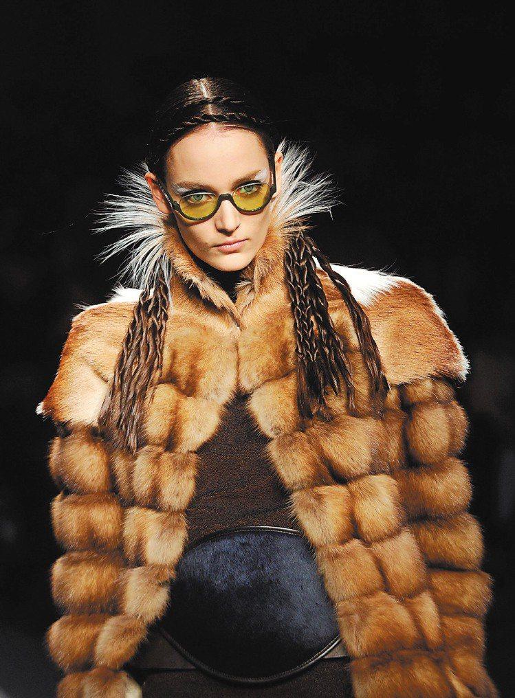 FENDI在米蘭發表最新款的毛草大衣。圖/新華社