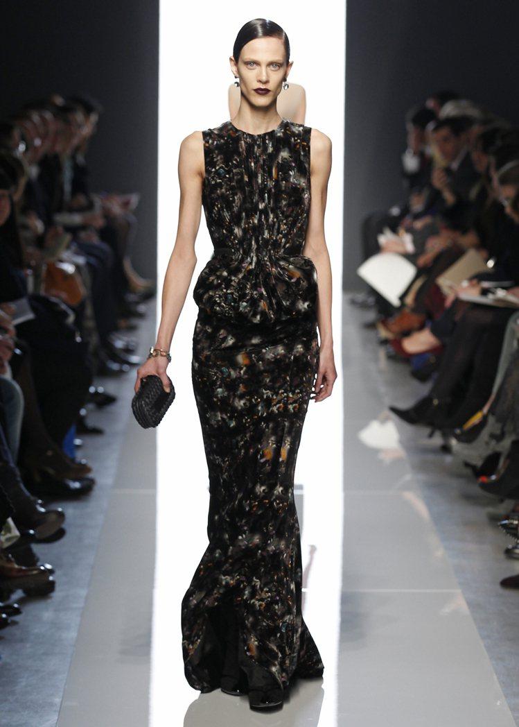 Bottega Veneta晚禮服展現精湛工藝,完整呈現出女性姣好的身體曲線。圖...