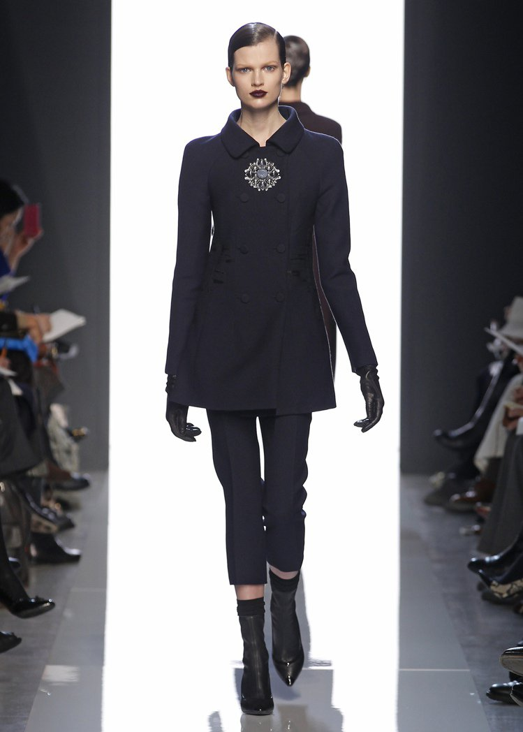 Bottega Veneta簡單俐落的軍裝外套,搭配窄管褲,強調實穿。圖/BV提...