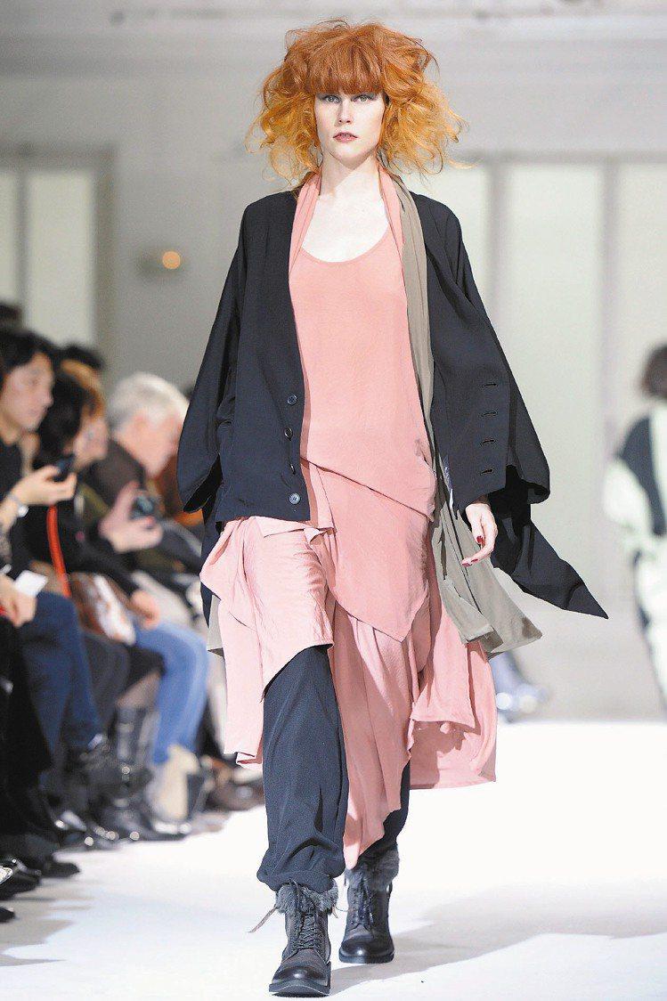 Limi Feu秋冬新裝寬大、多層次設計,彷彿巴黎街頭畫家。圖/歐新社
