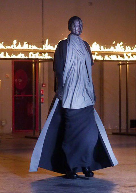 Rick Owen秋冬以神秘哥德風為主軸,身著長袍的模特兒步出伸展台,猶如莊嚴的...