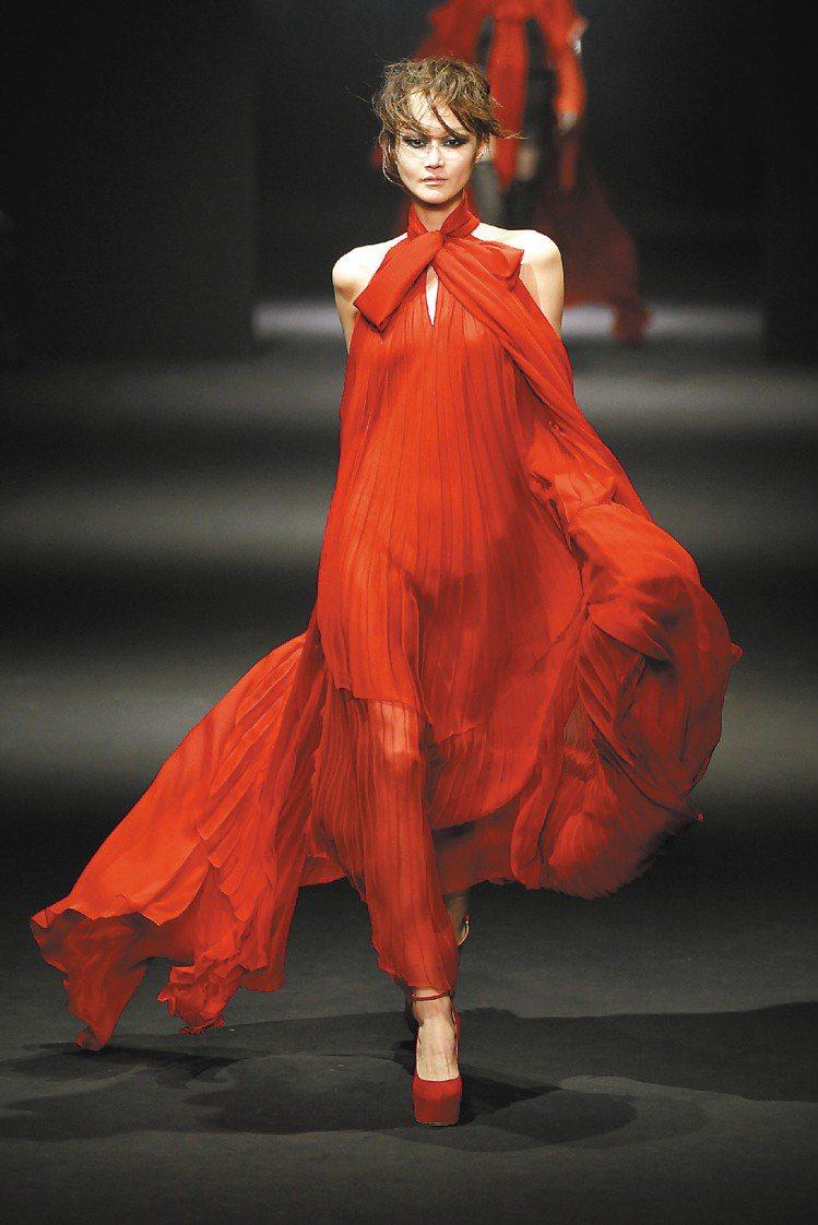 JOHN GALLIANO最後紅色雪紡晚裝性感迷人。圖/路透