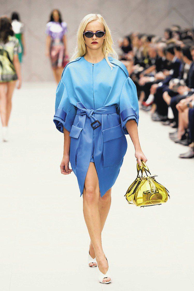 BURBERRY明年春夏新裝打破沉悶顏色,性感、有趣且活潑。圖/路透、美聯社