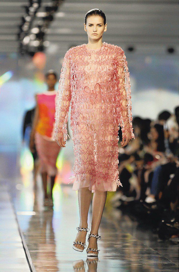 Christopher Kane明年春夏新裝,充滿實驗性質。圖/路透