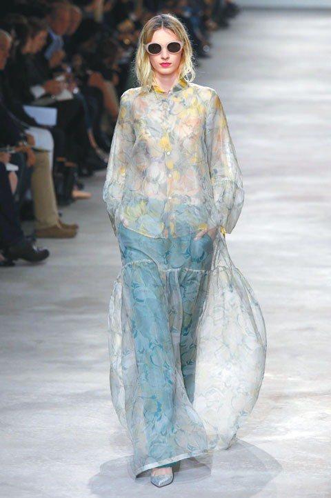 擅長運用花卉印花的Dries Van Noten,不僅玩印花巧思,淡雅的色調讓看...