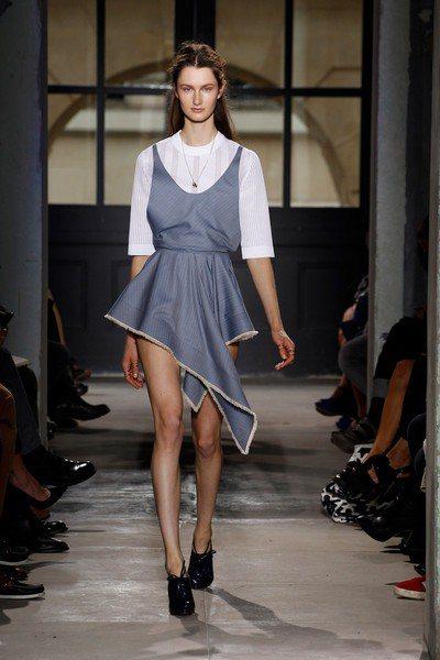 喜歡運用金屬感布料的BALENCIAGA這次無論是短裙、長裙或長褲等單品,腰際線...