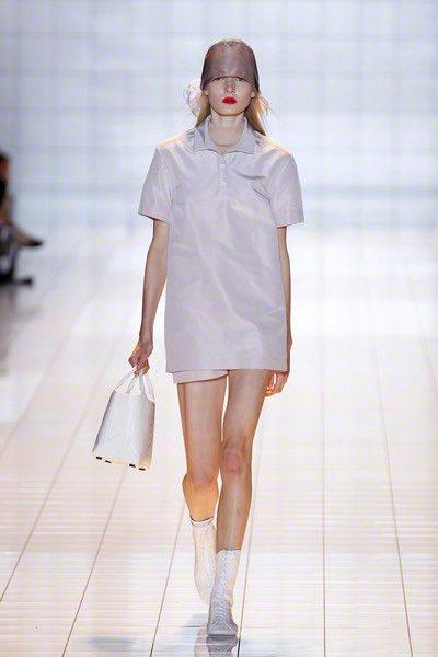 ROCHAS以裸白色調創造六○年代純真浪漫風情,緞面與綢緞布料在運動線條打造下,...