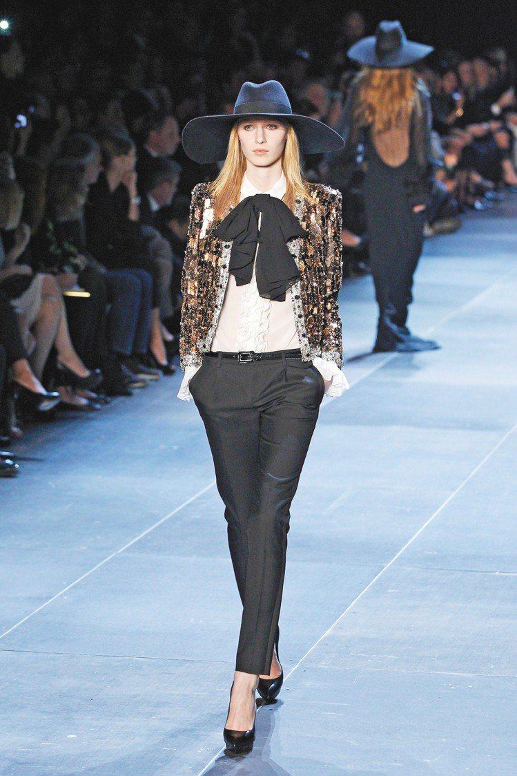 由Hedi Slimane操刀的首個YSL女裝系列,以煙管褲搭配西裝外套,重現女...