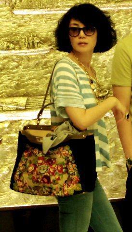 王菲背著華麗印花Peekaboo包。圖/Fendi提供