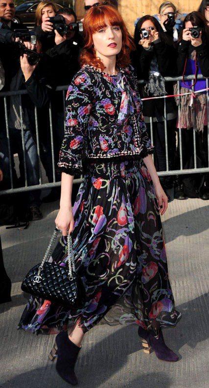 時尚icon Florence Welch拎著Mademoiselle出席Cha...