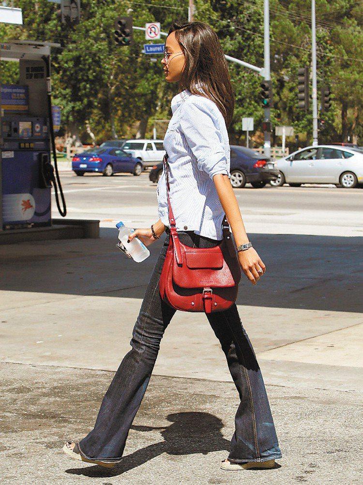 阿凡達公主柔伊莎達娜斜背包展現電影外的親民感。圖/Longchamp提供
