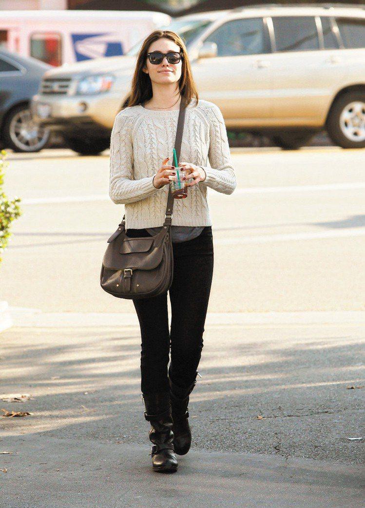 女星艾咪蘿森揹斜背包展現隨興一面。圖/Longchamp提供