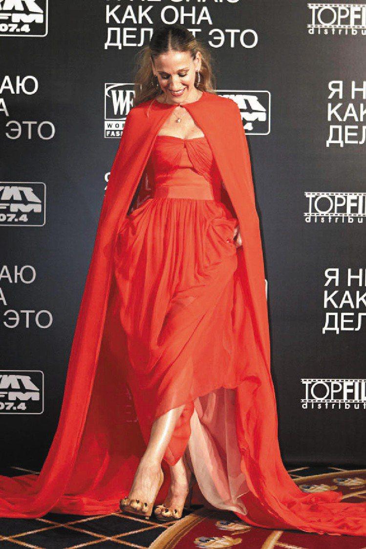「慾望城市」女主角莎拉潔西卡派克在出席電影首映時,也穿著Christian Lo...