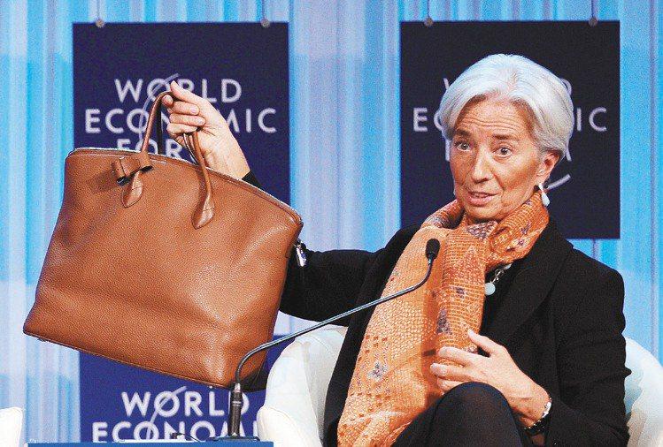 IMF總裁拉加德秀出LV Lockit包款,透露出景氣問題。圖/法新社