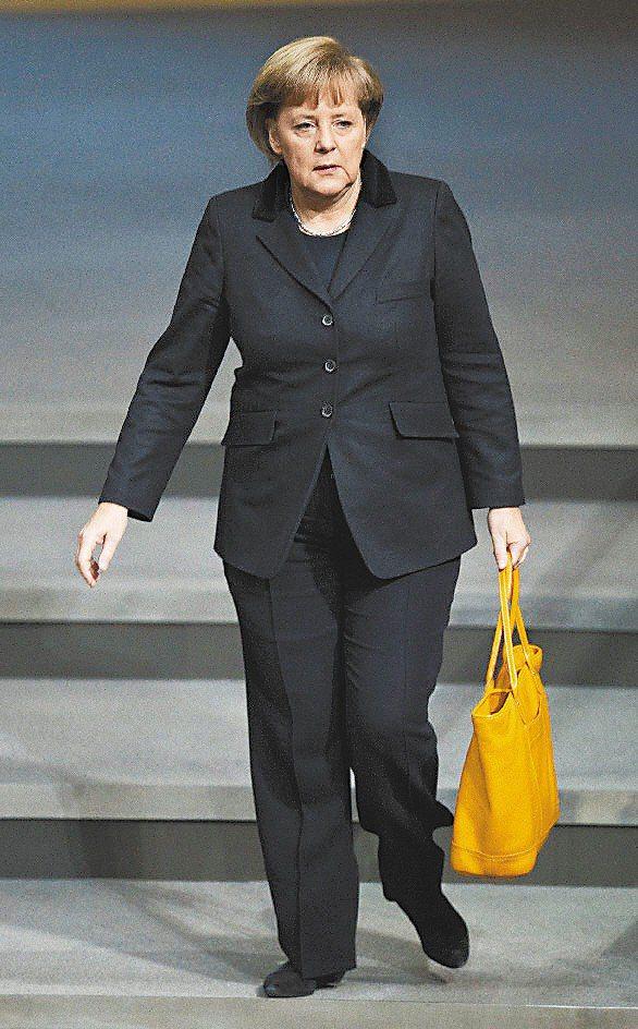 德國總理梅克爾最愛鮮黃色Longchamp真皮包款。圖/法新社