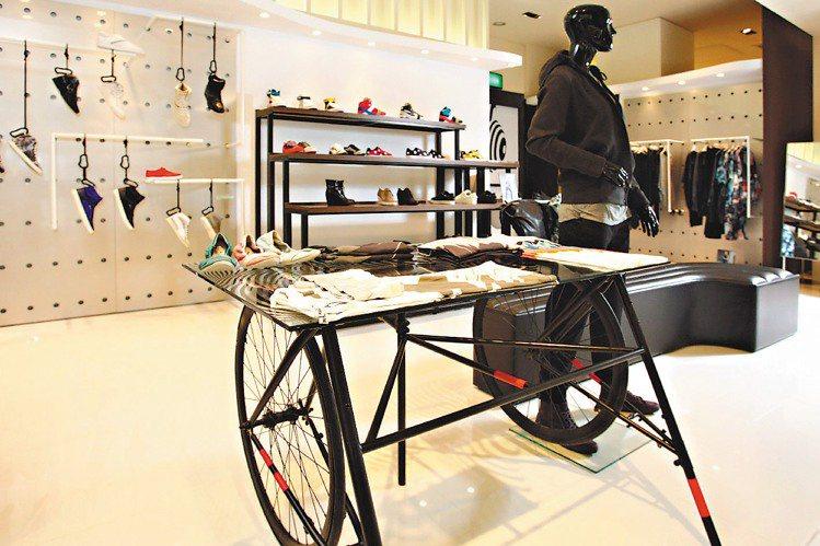 PUMA黑標專賣店以黑白色調貫穿整體空間設計,懸吊式的鞋款陳列與腳踏車展示台,也...