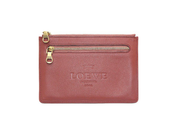 LOEWE玫瑰色拉鍊方包9,400元。圖/LOEWE提供