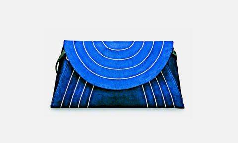 Ferragamo ELVINA深藍色麂皮肩包,57,900元。圖/Ferrag...