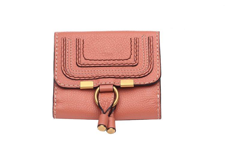 Chloe經典Marcie粉桃色短夾,17,000元。圖/Chloe提供