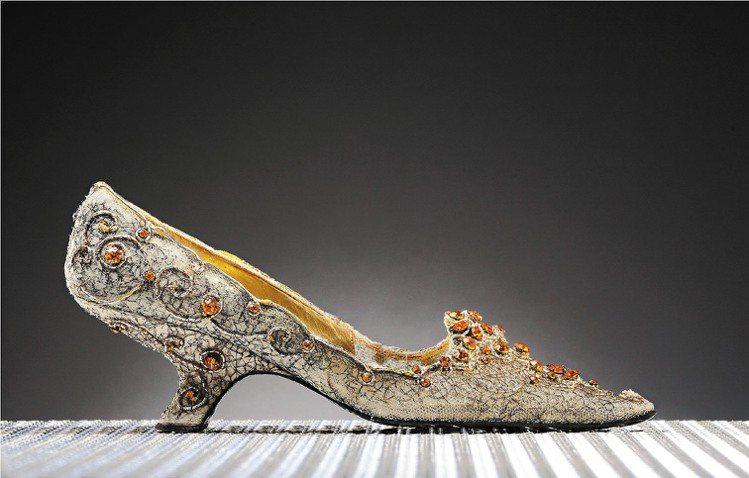 Roger Vivier在1962年為蘇瑞亞公主訂製的晚宴鞋,80萬元拍出。圖/...