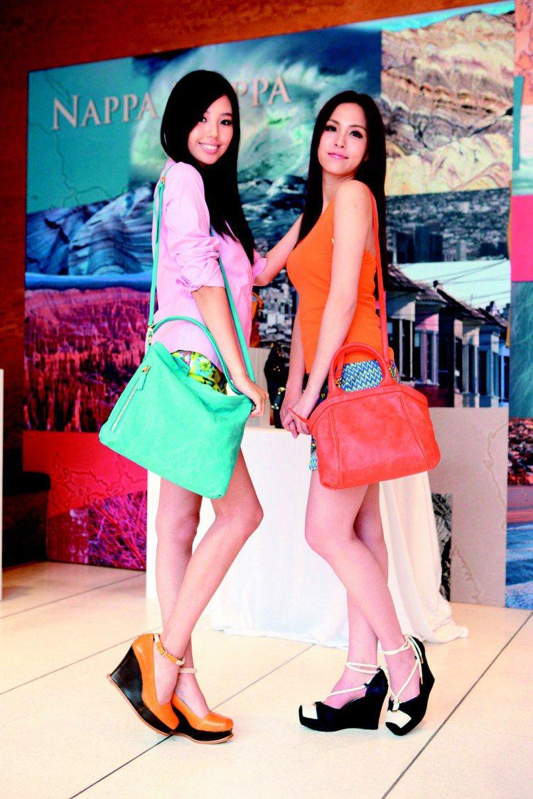 魏蔓(右)和唐青慧(左)展演地圖包春夏新款,色彩亮麗,充滿春天氣氛。圖/迪生提供