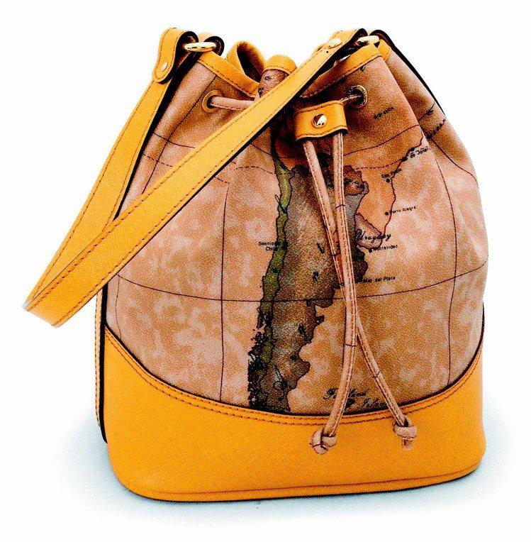地圖包本季最受歡迎的水桶包,14,000元。圖/迪生提供