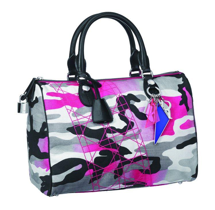 Dior桃紅色迷彩旅行包款。6萬元。圖/TVBS周刊提供