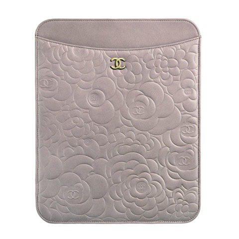 CHANEL粉紅山茶花壓紋iPad皮套2萬6,400元。圖/TVBS周刊提供