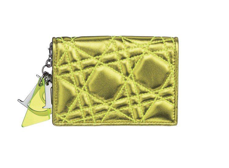 Dior螢光黃金屬色小羊皮斜紋藤格名片夾1萬3,000元。圖/TVBS周刊提供